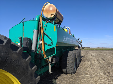 manure applicator with nitrification inhibitor tank